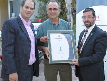 Benny Tzviran receives a certificate of appreciation from United Hatzalah Founder Eli Beer and Chairman Ze'ev Kashash for his help in developing the EZ-CPR application