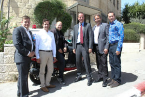 Ambassador David Quarrey (center) together with Jewish and Arab volunteers of United Hatzalah and the Director of International Operations Dov Maisel 2nd from right