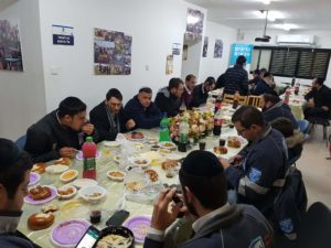 Veterans and new recruits enjoy a meal together in Ashdod