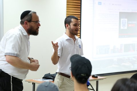 Nathan Rosenwald engages studens in a discussion during presentation at United Hatzalah headquarters in Jerusalem