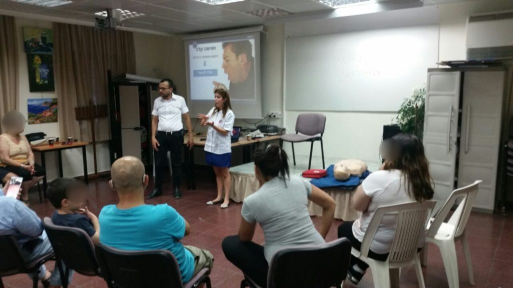 Nechama Loebel teaches EMS class in sign language in Ashdod 1