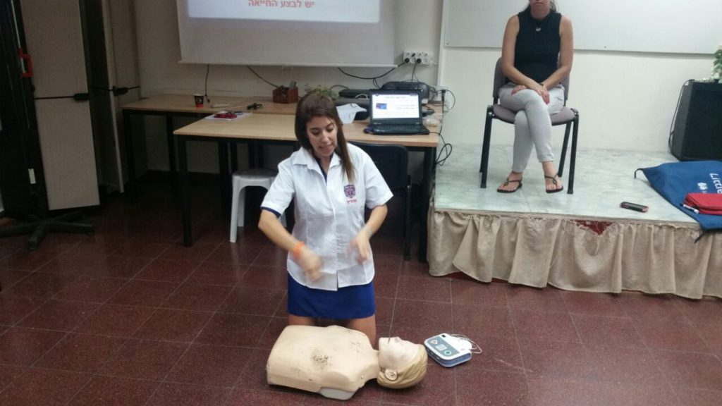 Nechama Loebel instructs first ever  EMS course in sign language in Israel for members of the Deaf and Hearing Impaired Community