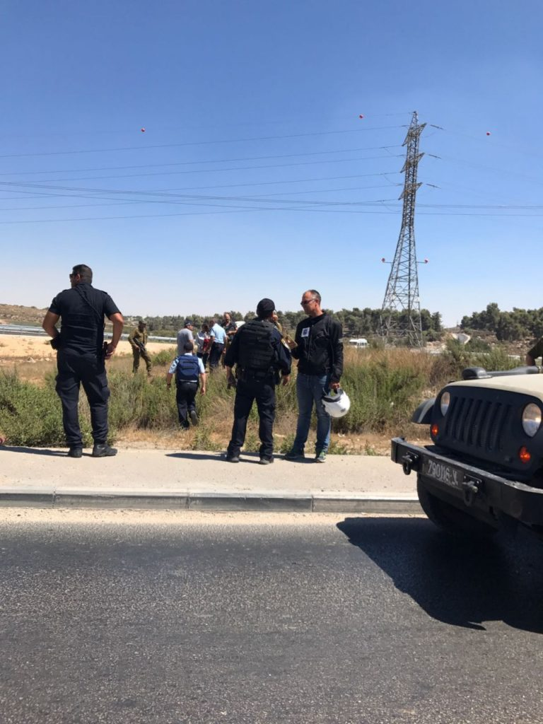 Shlomi Anavi speaking to security forces following the attempted attack at Gush Etzion Junction.